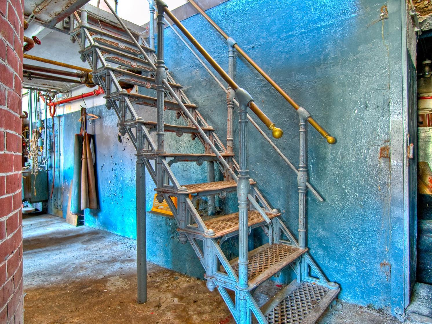 P9150978_6_7_tonemapped-Gusstreppe-vor-blauer-Wand-sRGB300dpi (Copy)